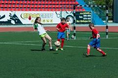 Orenburg Ryssland - 31 Maj 2015: Pojke- och flickalekfotboll Arkivfoto