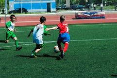 Orenburg Ryssland - 31 Maj 2015: Pojke- och flickalekfotboll Royaltyfria Bilder