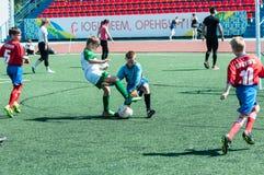 Orenburg Ryssland - 31 Maj 2015: Pojkelekfotbollen Arkivbild
