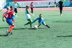 Orenburg Ryssland - 31 Maj 2015: Pojkelekfotbollen Royaltyfri Fotografi