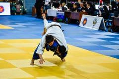 Orenburg Ryssland - 21 Oktober 2016: Pojkar konkurrerar i judon Royaltyfri Fotografi