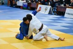 Orenburg Ryssland - 21 Oktober 2016: Pojkar konkurrerar i judon Arkivbilder