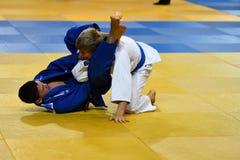 Orenburg Ryssland - 21 Oktober 2016: Pojkar konkurrerar i judon Royaltyfri Foto