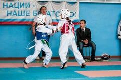 Orenburg Ryssland - 23 04 2016: Taekwondo konkurrerar flickor Royaltyfria Bilder