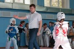 Orenburg Ryssland - 23 04 2016: Taekwondo konkurrerar flickor Royaltyfri Foto