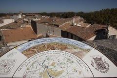 Orentation tabell i den gamla mitten av Arles i Frankrike royaltyfria foton