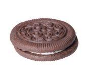Oreo. Galletas del chocolate con la limadura de la nata aislada Fotos de archivo