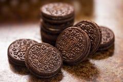 Oreo kakor på bakgrund för mörk brunt Royaltyfria Bilder
