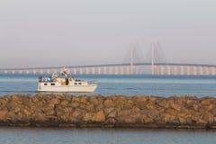 Oresund bro och fartyg som f?rbig?r p? sommar royaltyfria bilder