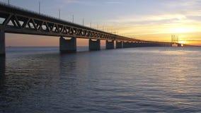 Oresundsbron bij zonsondergang stock videobeelden