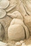 OREWA, NZ - 23. MÄRZ: Sand-Skulptur eines Pinguins am Orewa-Sandburg-Wettbewerb am 23. März 2019 stockbilder
