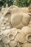 OREWA NZ - MARS 23: Sandskulptur av en träduva på den Orewa sandslottkonkurrensen Mars 23 2019 royaltyfri bild