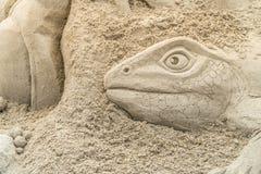 OREWA NZ - MARS 23: Sandskulptur av ett ödlahuvud på den Orewa sandslottkonkurrensen Mars 23 2019 fotografering för bildbyråer