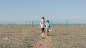 Orfani del fratello e della sorella di bambini nel risultato del conflitto di guerra emigrazione di concetto al rifugio indifeso  stock footage