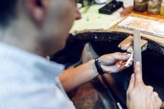 Orfebre que hace las joyas a mano fotografía de archivo