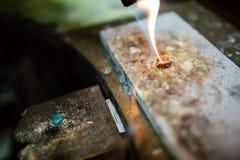 Orfebre que trabaja en un anillo foto de archivo