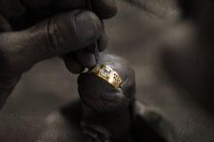 Orfebre y anillo de diamante Imagen de archivo libre de regalías