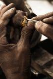 Orfebre y anillo de diamante Fotos de archivo libres de regalías