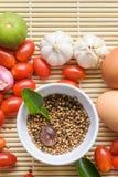Orgánico orgánico de madera del tomate del huevo de la comida del fondo Fotografía de archivo libre de regalías