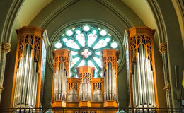 Orgaanpijpen in Balkon van Kerk Stock Fotografie