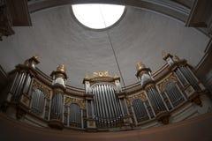 Organ in einer Kirche in Finnland mit oculus und Kurven lizenzfreie stockbilder
