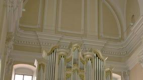 Organ i en kyrka stock video