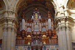 Organ i solljus på Berlin Cathedral Church arkivbild