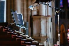 Organ med lampan i gammal kyrka Arkivbilder
