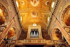 Organ och utsmyckat tak. royaltyfria foton