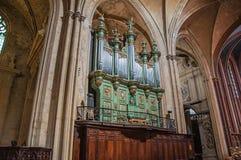 Organ på Aixdomkyrkan under gotiska kolonner i Aix-en-provence Arkivfoto