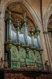Organ på Aixdomkyrkan under gotiska kolonner i Aix-en-provence Fotografering för Bildbyråer