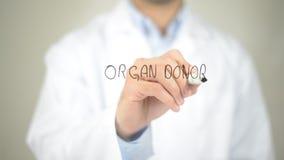 Organ-Spender, Doktorschreiben auf transparentem Schirm stockfotos