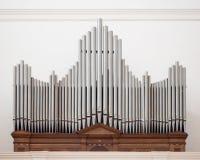 Organe au-dessus de l'entrée d'une église photo stock