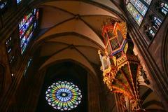 Organe de tuyau énorme dans une cathédrale photographie stock libre de droits
