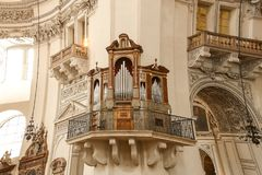 Organe de tuyau d'église sur le mur images stock