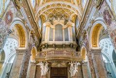 Organe de tuyau dans le dôme de l'église du Saint Louis du Français à Rome, Italie photographie stock libre de droits