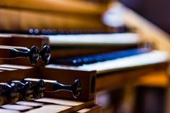 Organe en bois dans une église autrichienne avec le s'inscrire et le clavier images libres de droits