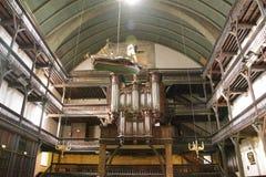 Organe et ces tubes dans une vieille église photo libre de droits