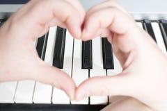 Organe et coeur faits avec des mains photos stock