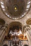 Organe et dôme aux DOM berlinois vus de dessous images stock