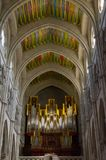 Organe et plafonds du Catedral De Santa Maria la Real de la Almudena à Madrid images stock