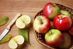 Organic apples in a basket Royalty Free Stock Photos