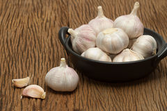 Organic garlic in black bowl Royalty Free Stock Photos