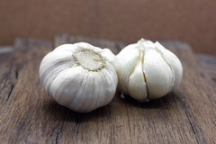 Organic garlic whole and cloves Royalty Free Stock Images
