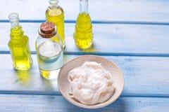 Organic spa προϊόντα στο μπλε ξύλινο υπόβαθρο Στοκ φωτογραφία με δικαίωμα ελεύθερης χρήσης