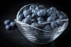 Organico antiossidante del mirtillo in una ciotola fotografia stock libera da diritti