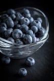 Organico antiossidante del mirtillo in una ciotola immagini stock