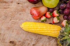 Organicsb de las frutas y verduras en la tabla de madera Imágenes de archivo libres de regalías