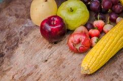 Organicsb de los organicsFruits y de las verduras de las frutas y verduras en la tabla de madera Imagen de archivo