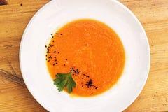 Organicznie świeża marchewki i bani polewka z sezamowymi ziarnami Fotografia Royalty Free